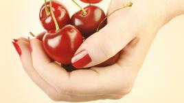 Червено върху ноктите