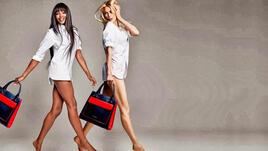 Наоми Кембъл и Клаудия Шифър само по чанти