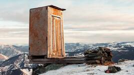 <p>Тоалетната на руската метеорологична станция Кара-Тюрек, Алтай, 2 600 м нмв</p>