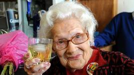 Столетница с уиски в ръка и цигара на уста