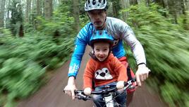 С дете на колело