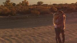 Бритни Спиръс се целува с младок в пустинята
