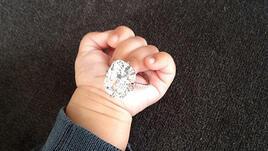 Годежният пръстен на Ким Кардашиян се озова в ръцете на дъщеричката ѝ