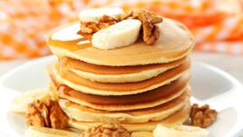 Бананови палачинки с орехи и мед