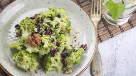 Салата броколи с орехи и червени боровинки