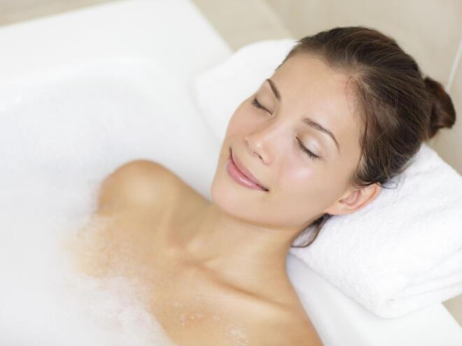 Съхранете младостта си с вана от шипково масло