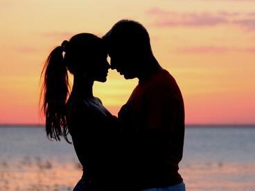 Жените показват обичта си с целувки, а мъжете с домакинска работа