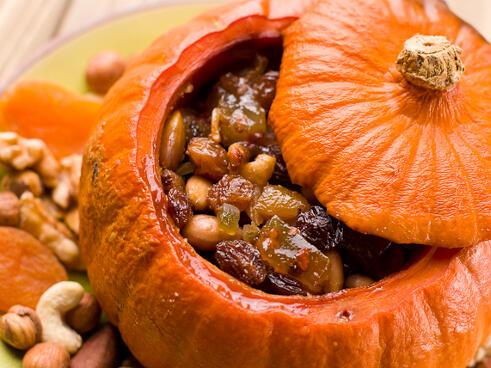 Печена пълнена тиква с локум, ядки и плодове