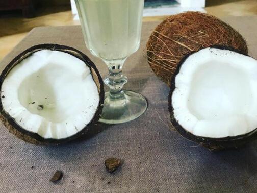 Чаша кокосова вода - тайната на плоското коремче