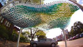 Цветен навес от пластмасови бутилки