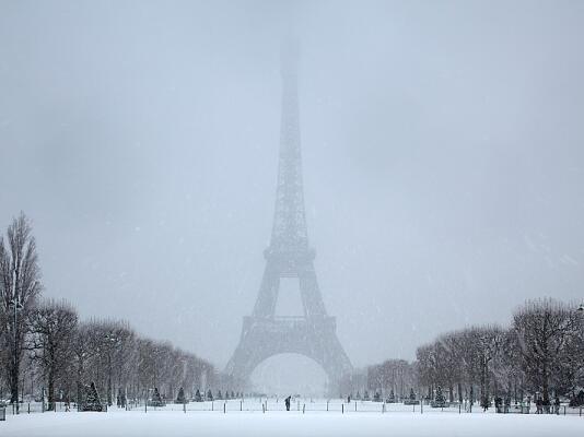 Сноукайт пред Айфеловата кула