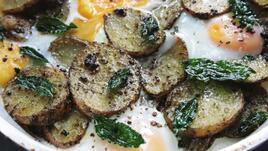 Печени картофки с песто и яйца