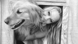 <p><strong>Памела Андерсън</strong></p> <p>Звездата Памела Андерсън е ревностен почитател на животните, заради които е отказала и месото. Тя е член на организацията за защита правата на животните PETA и участва в много от техните кампании. На снимката е с едно от кучетата си порода Голдън Ретривър. </p>